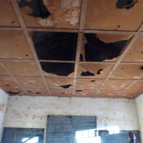 Akonolinga-Kamerun-Schulgebaeude-Klassenraum