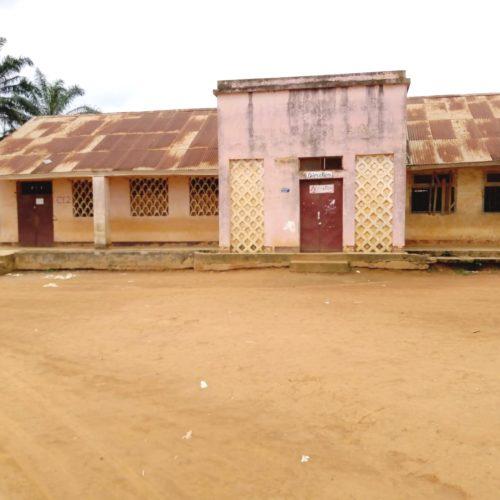 Akonolinga-Kamerun-Schulgebaeude-mit-Verwaltung
